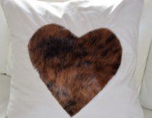 Ein Kissen mit Fell-Herz