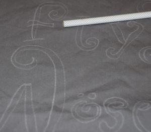 mit Textilstift Text vorschreiben